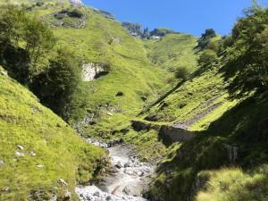 Il sentiero lungo il torrente, all'ingresso nella Valle degli Alberghi