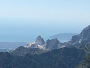 Vista sul mare e le Bocche di Magra dalla cresta sud del Monte Cavallo