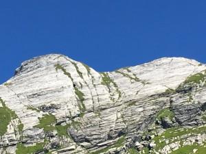 Le due vette di marmo bianco liscio del Monte Cavallo, sotto le quali traversa il sentiero 167