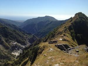 I ruderi delle Case Carpano, sulla cresta sud del Monte Cavallo