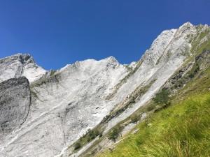 La parete sud del Monte contrario, che domina la Valle degli Alberghi, percorsa dalla ferrata