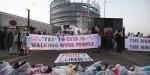 Manifestanti contro il CETA davanti al Parlamento Europeo