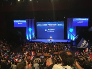 Una manifestazione a sostegno della candidatura di Marine Le Pen