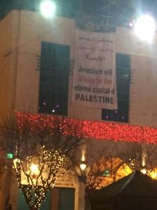 Un manifesto esposto nel giorno di Natale 2017 nella piazza della Natività a Betlemme