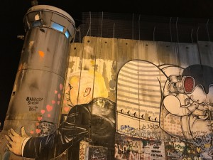 Il muro che divide in due Betlemme