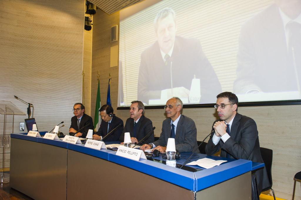 La presentazione della Guida alla Farnesina: da sinistra Lener, l'Ambasciatore, il Sottosegretario Della Vedova, Pietro Ichino e Vinicio Peluffo, presidente dell'Associazione Italia-Cina