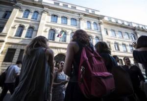 Studenti davanti al Liceo Tasso di Roma, dove un professore ha inviato 2000 sms erotici alle proprie allieve